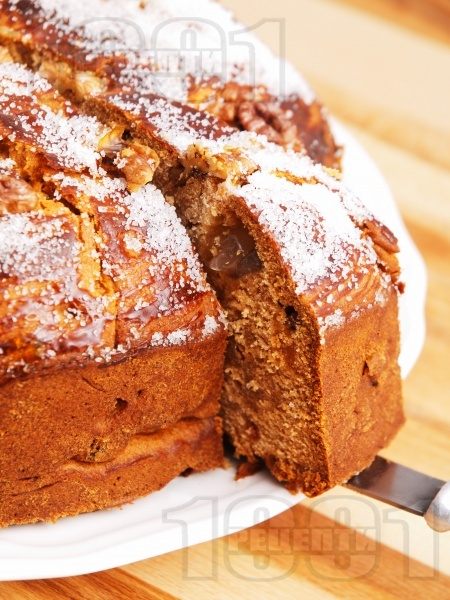 Пухкав козуначен кейк / кекс / сладкиш с прясно мляко, локум, стафиди и орехи (с мая) - снимка на рецептата